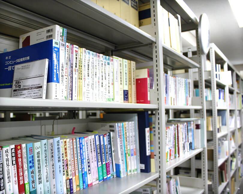 当事務所の書棚